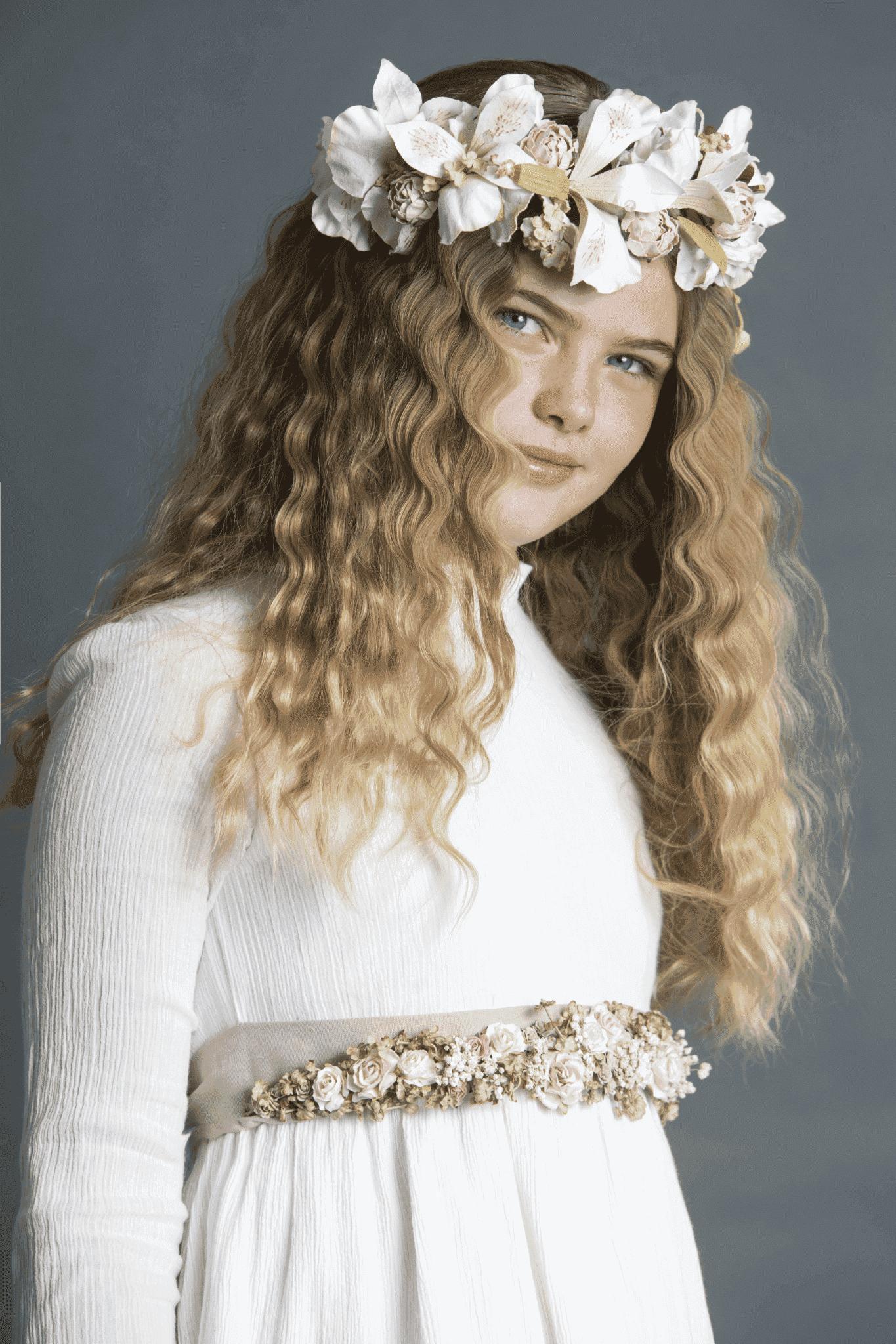 peinado para comunión de niñas con corona de flores