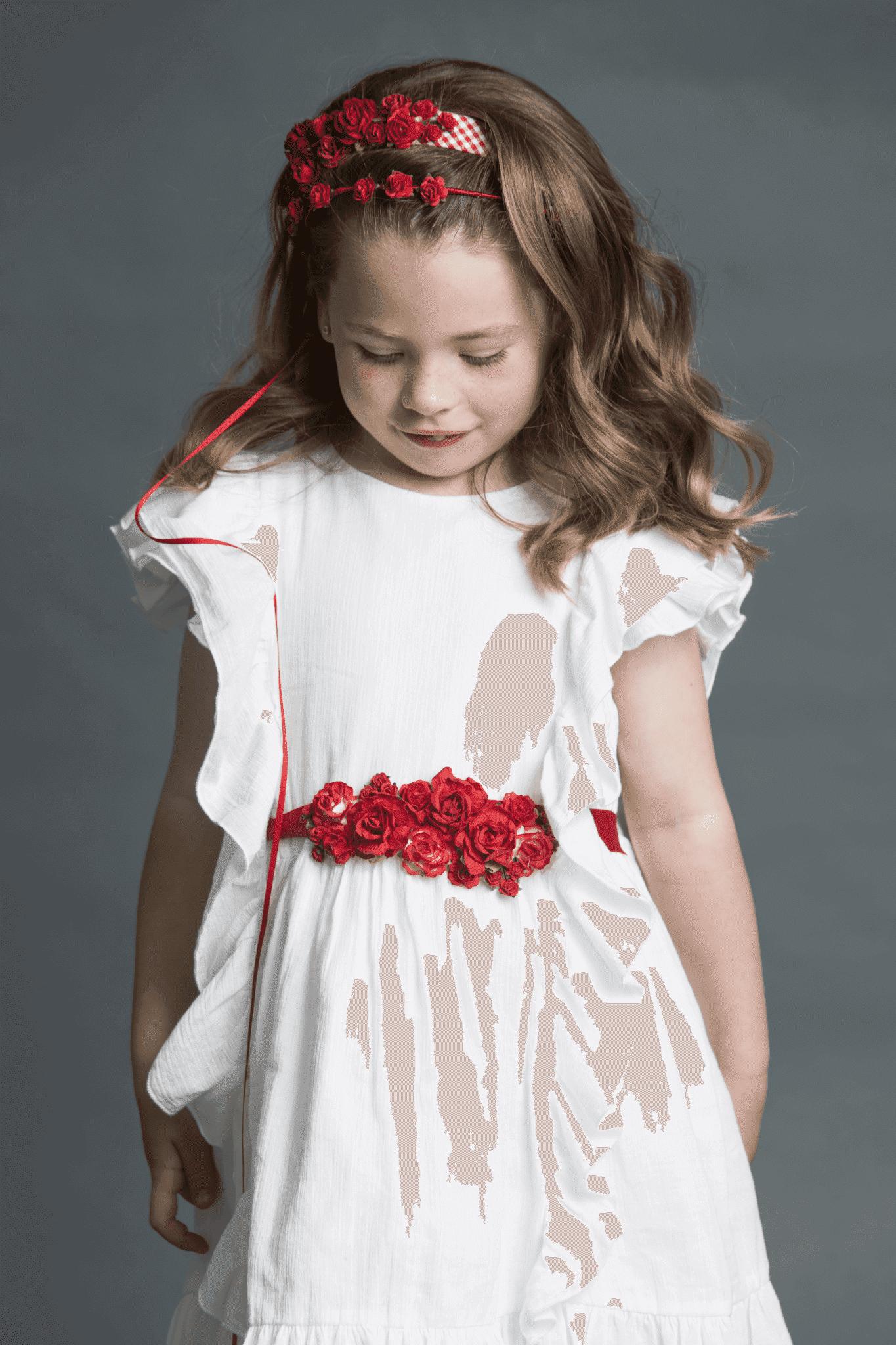 Peinado niña suelto con adornos de rosas